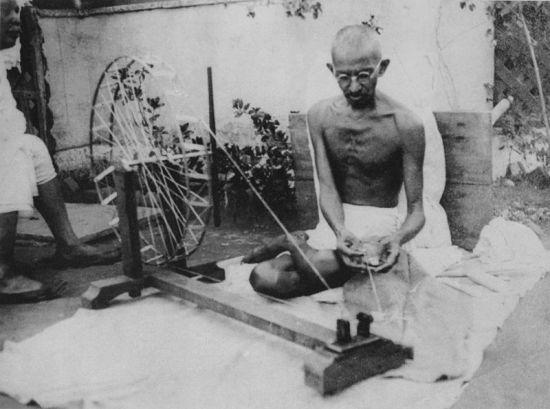 800px-Gandhi_spinning