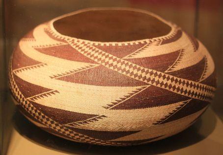 800px-Nordamerikaabteilung_in_Ethnological_Museum_Berlin_52 (1)